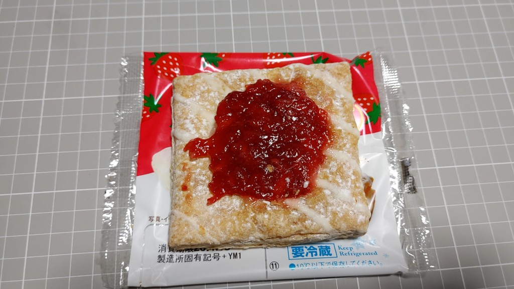 ファミリーマートのFamima Sweets サクッと食感のフルーツパイ(いちご)