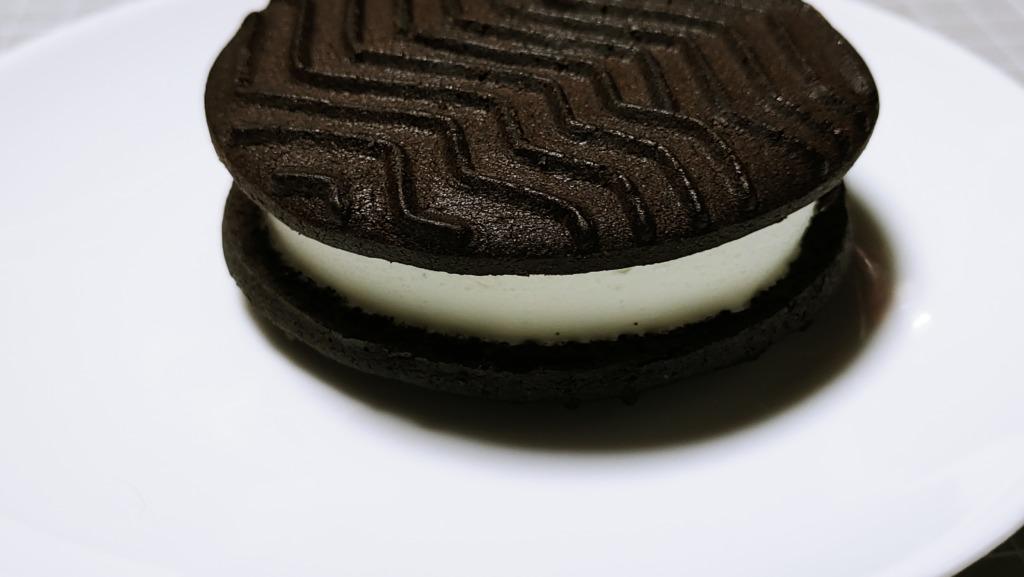 セブンイレブン ほろにがココアのクッキーサンド