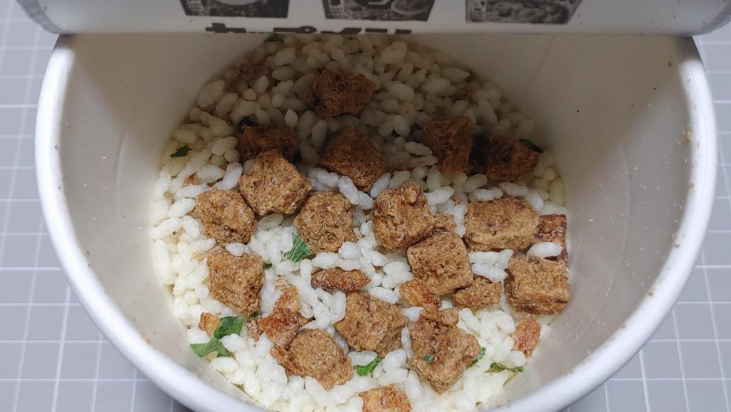 日清 カップヌードル 謎肉牛丼 甘辛つゆの牛丼味