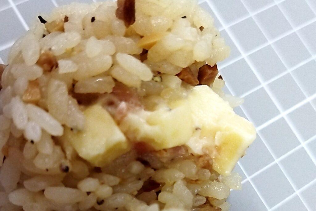 ファミリーマート つまみめし ペッパー&ベーコンチーズおむすびの具材