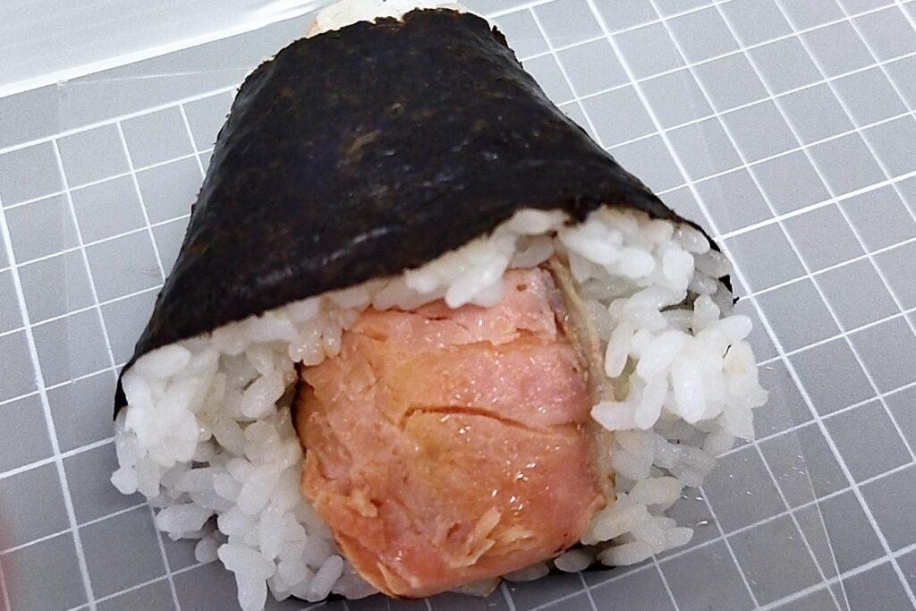 ファミリーマートごちむすび 大きな鮭はらみおむすび